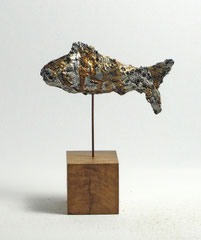 Fisch-Skulptur aus Pappmache mit Schellack - montiert auf geölten Sockel aus Eiche- Länge : ca. 12 cm, Höhe ca: 15 cm- ohne Titel -verkauft-