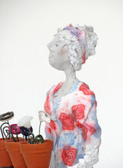 Aufwändige Skulptur aus Pappmache mit buntem Kleid und Blumen - montiert auf geölten Sockel aus  massiver Eiche - Größe ca. 36cm  - Titel: Gärtnern macht glücklich!