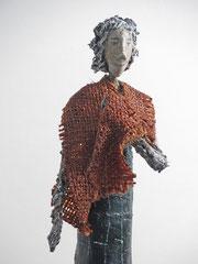 Skulptur aus Pappmache mit brauner Stola- montiert auf geölten Sockel aus Eiche - Größe ca. 52 cm  - Titel: Aufbrechen