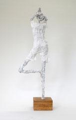 Schlichte, weiße Skulptur aus Pappmache- montiert auf geölten Sockel aus Eiche - Größe ca. 50 cm  - Titel: Der Baum oder verwurzelt sein -verkauft-