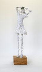 Weiße Königin-Figur asu Pappmache mit patinierterKrone  - montiert auf geölten Sockel aus Eiche - Größe ca. 43  cm  - Titel:  Prinzessin mit Krone im Wind