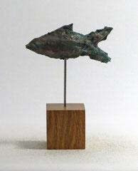 Fisch-Skulptur aus Pappmache mit Kupferpatina - montiert auf geölten Sockel aus Eiche - Länge : ca. 10 cm, Höhe ca: 15 cm - Titel: Fischstäbchen