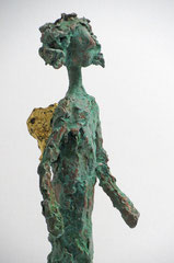 Schlanke Engel-Skulptur aus Pappmache mit oxidierter Kupferpatina und Blattgold - montiert auf geölten Sockel aus Eiche - Größe: ca. 39 cm  - ohne Titel
