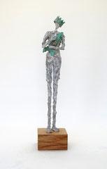 Filigrane, graue Skulptur aus Pappmache mit Krone und Fisch  - montiert auf geölten Sockel aus Eiche - Größe der Skulptur inklusive Sockel : ca. 40 cm  - Titel: König König, der Tröstende