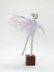 Schlichte, weiße  Skulptur aus Pappmache mit wehendem Gewand - montiert auf geölten Sockel aus Nussbaum - Größe der Skulptur inklusive Sockel : ca. 34 cm  -verkauft-