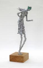 Filigrane,  graue Königs - Skulptur aus Pappmache mit Krone  - montiert auf geölten Sockel aus Eiche - Größe der Skulptur inklusive Sockel : ca. 42 cm  - Titel: König König, der Widerständige