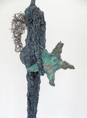 Große Engel-Skulptur aus Pappmache mit Bronzepatina und Draht - montiert auf  geölte Eiche - Größe ca. 64 cm  - ohne Titel