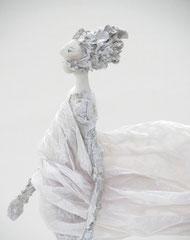 Schlichte, weiße  Skulptur aus Pappmache mit wehendem Gewand - montiert auf geölten Sockel aus Eiche - Größe der Skulptur inklusive Sockel : ca. 37 cm -verkauft-