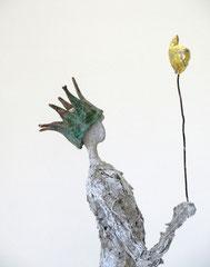 Filigrane, graue Skulptur aus Pappmache mit Krone und Zepter - montiert auf geölten Sockel aus Eiche - Größe der Skulptur inklusive Sockel : ca. 48  - Titel: König König, der Wichtige