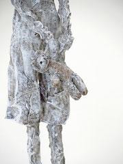 Filigrane, graue Skulptur aus Pappmache mit Krone und Teddybär - montiert auf geölten Sockel aus Eiche - Größe der Skulptur inklusive Sockel : ca. 38  - Titel: König König, der Niedliche