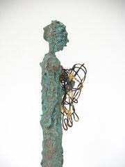 Schlanke Engel-Skulptur aus Pappmache mit oxidierter Kupferpatina und Blattgold - montiert auf geölten Sockel aus Eiche - Größe: ca. 36 cm  - ohne Titel