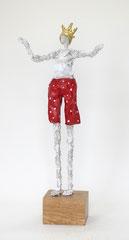 Skurriler König aus Pappmache mit gepunkteter roter Hose und mit Blattgold belegter Krone - montiert auf geölten Sockel aus Eiche- Größe ca. 38  cm  - Titel: König König der Erste -verkauft-