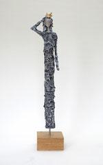 Figur aus Papiermache  - montiert auf geölten Sockel aus Eiche, Krone gebrochen blattvergoldet - Größe ca. 51 cm  - Titel: Stolz -verkauft-