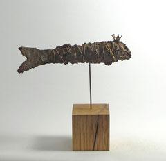Fisch-Skulptur aus Pappmache mit Eisenpatina-  montiert auf geölten Sockel aus Eiche - Länge : ca. 30 cm, Höhe ca: 30 cm  - Titel: Königsfisch