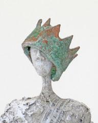 Filigrane, graue Skulptur aus Pappmache mit Krone und Reichsapfel- montiert auf geölten Sockel aus Nussbaum - Größe der Skulptur inklusive Sockel : ca. 36  - Titel: König König, der Anfänger