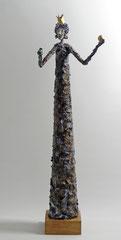 Skulptur aus Pappmache - montiert auf geölte Eiche, Kugel und Krone gebrochen blattvergoldet - Größe ca. 72 cm - Titel: Suche Hol die Kugel oder königliche Froscherziehung -verkauft-