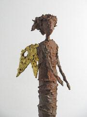 Engel Skulptur aus Pappmache mit Eisenpatina und Blattgold  - montiert auf geölte Eiche - Größe der Skulptur: ca. 44 cm - Titel: zersauster Engel