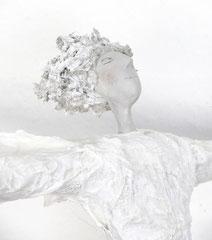 Große, weiße  Skulptur aus Pappmache mit wehendem Kleid im Wind - montiert auf Sockel aus geölter Eiche - Größe ca. 83 cm  -  Titel: Heute stimmt alles