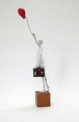 Kleine, helle Skulptur aus Pappmache mit weißem Kleid, rotem Ballon und Koffer - montiert auf geölten Sockel aus Eiche - Größe ca. 30 cm bis Figur / 44 bis Ballon  - Titel: Unterwegs mit einem Koffer voller Träume