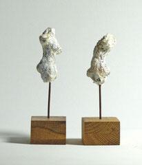 Miniatur-Torsos aus Pappmache - montiert auf Sockel aus Eiche -  Größe ca: 12 cm - ohne Titel -verkauft-