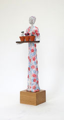 Aufwändige Skulptur aus Pappmache mit buntem Kleid und Blumen - montiert auf geölten Sockel aus  massiver Eiche - Größe ca. 36cm  - Titel: Gärtnern macht glücklich! -verkauft-
