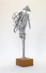 Engel aus Pappmache mit Drahtflügeln - montiert auf geölten, Sockel aus Eiche  - Größe inklus. Sockel ca. 43 cm  - ohne Titel