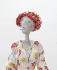 Große, skurrile Skulptur aus Pappmache (ein Ruhrgebietsoriginal)  - montiert auf geölten Sockel aus Eiche -Größe der Skulptur inklusive Sockel : ca. 75 cm- Titel: Erna putzt