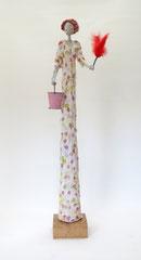 Große, skurrile Skulptur aus Pappmache (ein Ruhrgebietsoriginal)  - montiert auf geölten Sockel aus Eiche -Größe der Skulptur inklusive Sockel : ca. 75 cm- Titel: Erna putzt -verkauft-