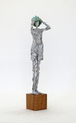 Filigrane, zarte,  graue Königsskulptur aus Pappmache mit Krone  - montiert auf geölten Sockel aus Eiche - Größe der Skulptur inklusive Sockel : ca. 24 cm  - Titel: König König, der Winzige -verkauft-
