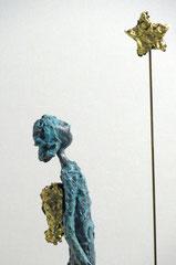 Figur aus Pappmache mit Bronzepatina und Blattgold  - montiert auf  geölte Eiche - Größe ca. 34 cm  - Titel: Sternengucker -verkauft-