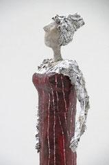 Selbstbewusste Dame aus Pappmache mit dunkelrotem Kleid - montiert auf geölten Sockel aus Eiche - Größe ca. 44x11x7 cm (HxBxT)  - Titel: Selbstbewusste Dame in Rot