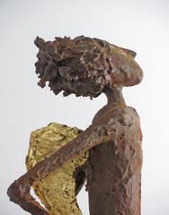 Große Engel-Skulptur mit Eisenpatina -  Flügel gebrochen blattvergoldet -  montiert auf Sockel aus geölter Eiche - Größe ca. 106 cm  - ohne Titel