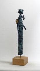 Engel-Skulptur aus Pappmache mit Bronzepatina und Blattgold  - montiert auf  geölte Eiche - Größe ca. 44 cm  - ohne Titel