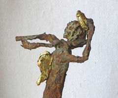 Engel aus Pappmache mit Eisenpatina (Detail) - teilweise gebrochen  blattvergoldet  - montiert auf Sockel aus geölter Eiche - Größe ca. 41 cm -Titel: Sturmtief Gabriel -verkauft -