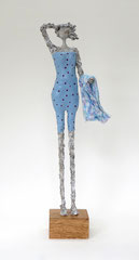 Eine Dame in graublauem Badeanzug mit Handtuch  - Größe ca. 49 cm  - Titel: Mein erster Tag am Meer