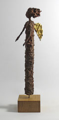 Engel Skulptur aus Pappmache mit Eisenpatina und Blattgold  - montiert auf geölte Eiche - Größe der Skulptur: ca. 44 cm - Titel: zersauster Engel -verkauft-