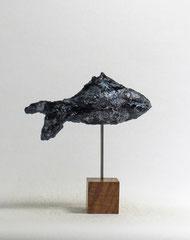 Fisch-Skulptur aus Pappmache mit Bronzepatina - montiert auf geölten Sockel aus Eiche- Länge : ca. 16 cm, Höhe ca: 17 cm- Titel: Fischstäbchen