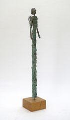 Schlanke Engel-Skulptur aus Pappmache mit oxidierter Kupferpatina - montiert auf geölten Sockel aus Eiche - Größe: ca. 57 cm  - ohne Titel