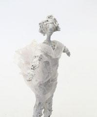 Filigrane, weiße Skulptur aus Pappmache- montiert auf geölten Sockel aus Nussbaum - Größe der Skulptur inklusive Sockel: ca. 31  - Titel: Sein lassen