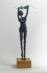 Engel-Skulptur aus Pappmache mit Bronzepatina und filigranen Flügeln, die partiell mit Blattgold belegt sind, die Sterne besitzen eine Kupferpatina - montiert auf geölten Sockel aus Eiche - Größe ca. 44 cm  - Titel: Sterne trocknen  -verkauft-