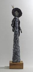 Figur aus Cartapesta (Detail) - montiert auf geölten Sockel aus Eiche - Größe ca. 52 cm  - Titel: Mondän oder Madame Chic flaniert -verkauft-