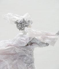 Schlichte, weiße  Skulptur aus Pappmache mit wehendem Gewand - montiert auf geölten Sockel aus Eiche - Größe der Skulptur inklusive Sockel : ca. 45 cm -verkauft-