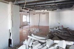 Démolition des cloisons pour créer un espace de bureaux ouvert