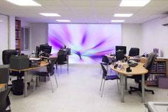 Agencement sur mesures des bureaux en open space avec toile lumineuse en décor mural