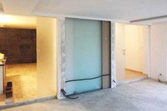 Travaux en cours - Panneaux de verre opalisant, dissimulés en galandage, pour fermeture de la chambre
