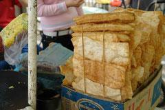 Dies sind 油条 (you2 tiao3), in Fett ausgebackene Teigstücke. Sie werden vielerorts zum Frühstück zur Reissuppe gegessen. Sie sind auch ein wichtiger Bestandteil des Jian Bing.