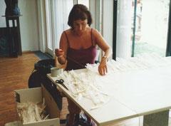 Frauenfleiß: Zusammennähen der Federn