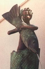 Knabe mit Fisch ersteht aus dem Fisch im Fisch
