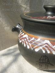 15-21.  Глиняный горшок для запекания ручной работы.