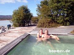warmer Thermalpool mit Blick zum Lake Rotorua